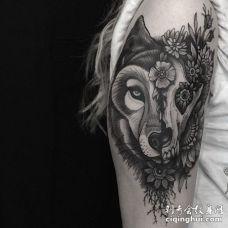 黑白色创意两面可怕狼纹身图案