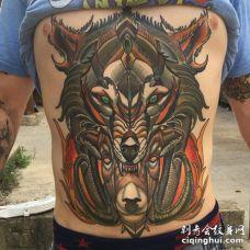 超大型的霸气彩色狼正在吃羊的纹身图案