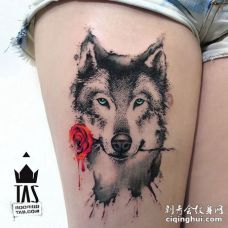 吊着玫瑰花的狼点刺纹身图案