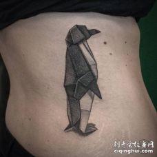 腰部3D几何形状的企鹅纹身图片