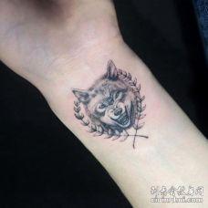 手腕愤怒的狼和橄榄枝纹身图案