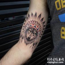 胳膊处好看的部落狼头纹身图片