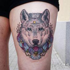 漂亮的脖子缠着花的狼头纹身图片