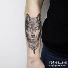 手臂灰黑色狼头与扇子形状的树纹身图案