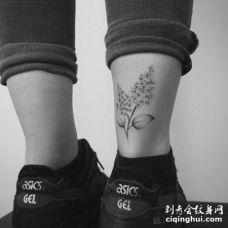 小腿后侧黑白系丁香花纹身图案