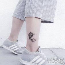 非常好看的水墨色三个星球纹身图片