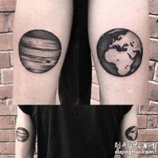 两条胳膊各纹了一个黑色的星球图片