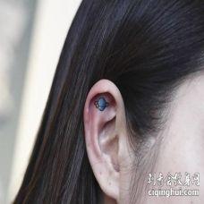 美女耳朵内部可爱的星球纹身