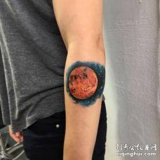 男子手臂浅红星球与太空纹身图案