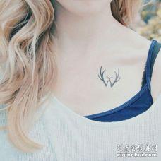 美女锁骨纹了一个黑色鹿角的唯美纹身图案