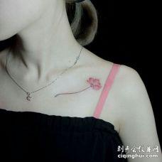 美女锁骨部位纹了一朵带枝的花朵图案