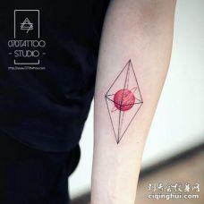 很有创意的水晶和粉红色星球纹身
