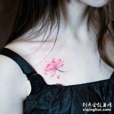 美女锁骨唯美的粉丝花朵纹身图片