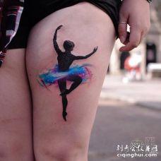 穿着水彩裙的芭蕾舞女孩创意纹身图案