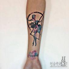 手臂跳芭蕾舞的女孩与几何形状纹身图案
