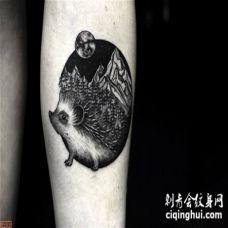 手臂肥胖黑白刺猬与山林纹身图案