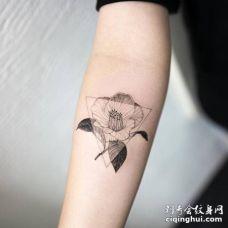 手臂3D黑白茶花与三角形纹身图案