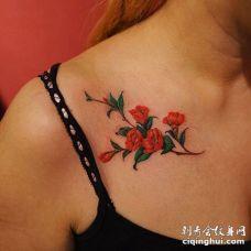 欧美女人锁骨处鲜艳的五朵茶花纹身图案