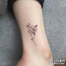 小腿上漂亮的黑色茶花纹身