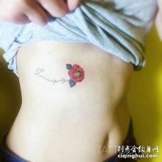 美女肋骨部位纹了一朵创意的红色花朵与英文字母花枝纹身