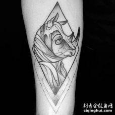 手臂几何元素黑白犀牛纹身勾线图
