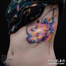 美女肋骨处水彩犀牛头和猴子纹身图片