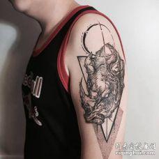 男人肩膀纹了一头愤怒的黑色犀牛纹身