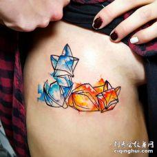 肋骨上几何形的红狐和蓝狐纹身图案