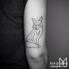 胳膊外侧黑色线条狐狸纹身图案