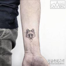 前臂小型黑白狐狸头纹身图案