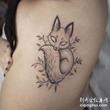 肋骨上一只可爱的小狐狸纹身图片