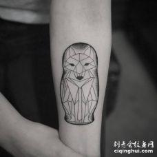 前臂内侧几何形状的套娃狐狸纹身图片