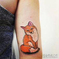 胳膊上纹了一只半坐着扭着脖子的狐狸图案