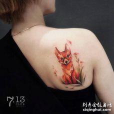 后面肩膀一只可爱的红色狐狸坐在一朵花旁边纹身