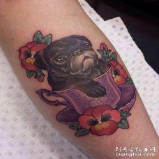 卧在茶杯里面的3D巴哥犬纹身图案