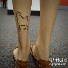 小腿部位一只巴哥犬的轮廓图纹身