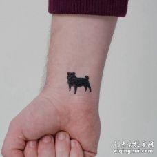 手腕部位纯黑色巴哥犬纹身图片