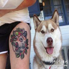 棕白色哈士奇与女主人大腿3D纹身图案对比