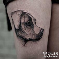 美女大腿上一只3D的黑色柴犬素描纹身