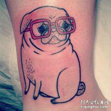 带着红色眼镜的肥胖巴哥犬纹身勾线图