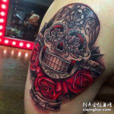 鲜红色玫瑰花与骷髅头混合纹身图案