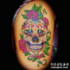 大腿处心形眼睛_小丑装饰的彩色骷髅头纹身图案