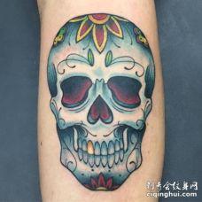镶金牙的银灰色骷髅头纹身图案