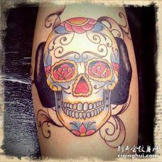 小腿肚子上一个彩色骷髅头的纹身图案