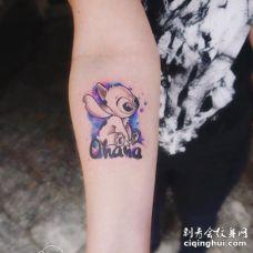 男生手臂萌宠史迪仔纹身图案