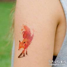 胳膊上一个油画风格的红色狐狸纹身图案