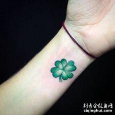 清晰的美女手腕绿色四叶草纹身图案