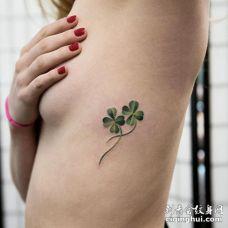 美女侧肋骨处两个带茎的绿色四叶草纹身图案