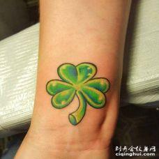 带茎的泛黄3D三叶草手臂纹身图片