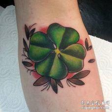 手臂上深绿色心形的3D四叶草纹身图案